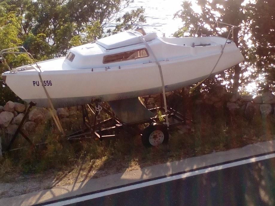 Jedrilica Carina sa trailerom