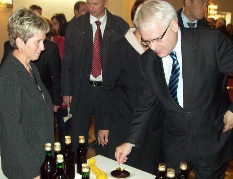 Predsjednik Josipović kuša biberova ulja (46164)