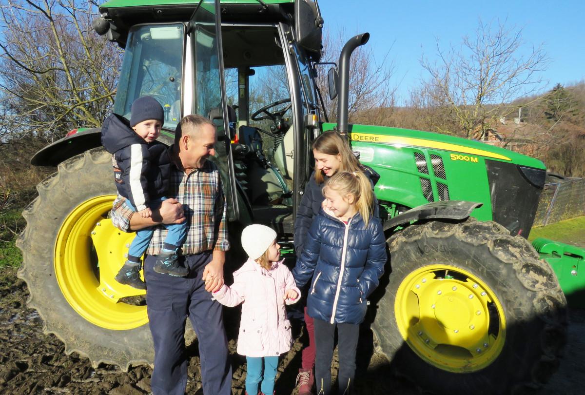 Radosni zbog novog traktora John Deere (65236)