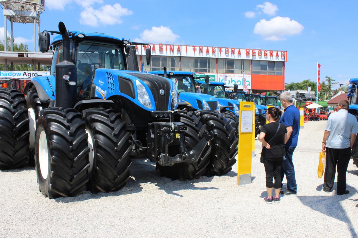 Atraktivni NewHolland traktor (53658)