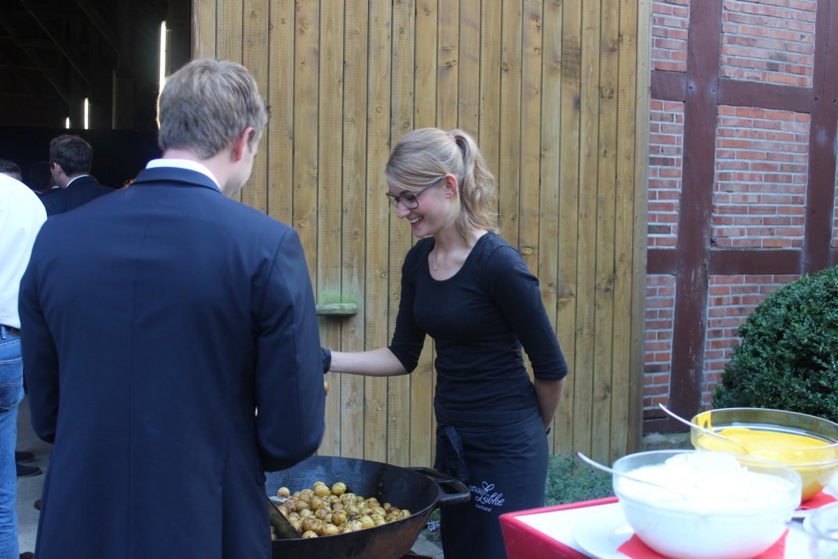 Tek izvađeni krumpiri su ispečeni i posluženi gostima (59397)