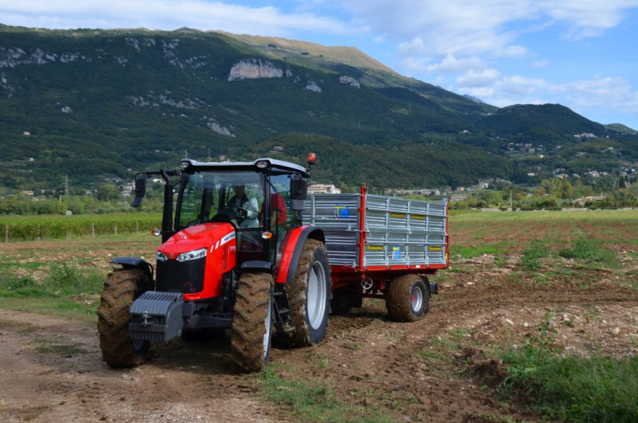 Svestran MF 5709 - od rada na polju do cestovnog transporta