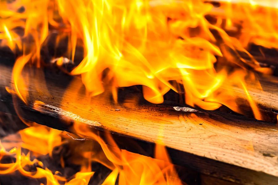 Požar progutao tisuću bala slame i priključke