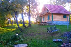 Zapušteni prostor obitelj Jakovac pretvorila u robinzonski smještaj, mjesto u šumi, na osami gdje sami berete povrće