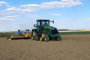 Predstavljamo John Deere 8RX 410: Snažni gorostas nježan prema tlu