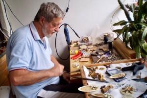 Ljubitelj drva i čuvar tradicionalnog govora izrađuje ukrasne predmete: drvo ima i svoju unutarnju ljepotu. Čak i dušu