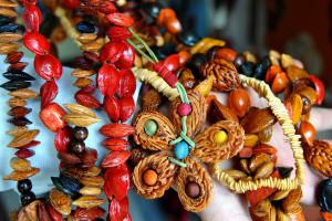 Kako nastaje unikatni nakit od drveta, kože, koštica i ljuski oraha?