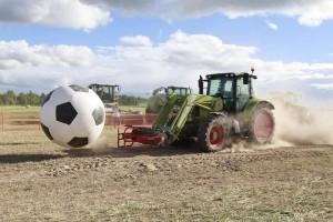 "Dan polja u Rusiji u znaku nogometa! Na igralište ""istrčali"" traktori Claas"
