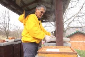 Iskusni pčelar Davorin Krakar savjetuje o radovima u pčelinjaku početkom travnja