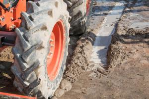 Traktorom kod Gline proklizao u kanal dubok 4 metra, poginuo na licu mjesta