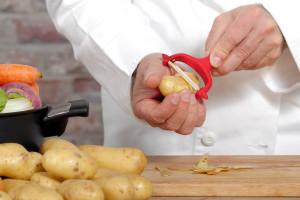Kuhar Dominik Flettner otpad od povrća servira na tanjuru