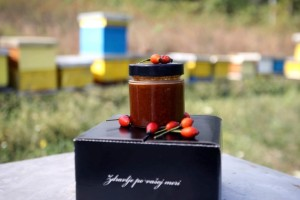 Evo kako nastaju lekoviti proizvodi na bazi meda, šipurka i crne zove