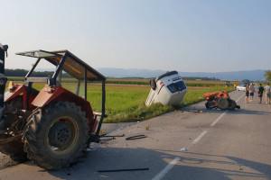 Od siline udarca traktor se prepolovio, dvoje završilo u bolnici