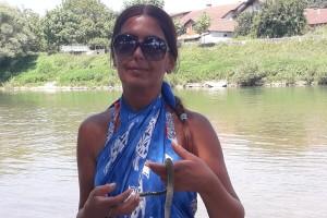 Prijedorčanka Mira Latinović golim rukama sklanja zmije s gradske plaže