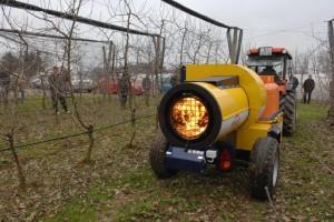 Lovcima mraza čuvaju urod voćnjaka, a vjetar otežava situaciju