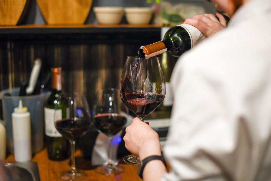 Jeftinim vinima punili butelje i skupo ih prodavali