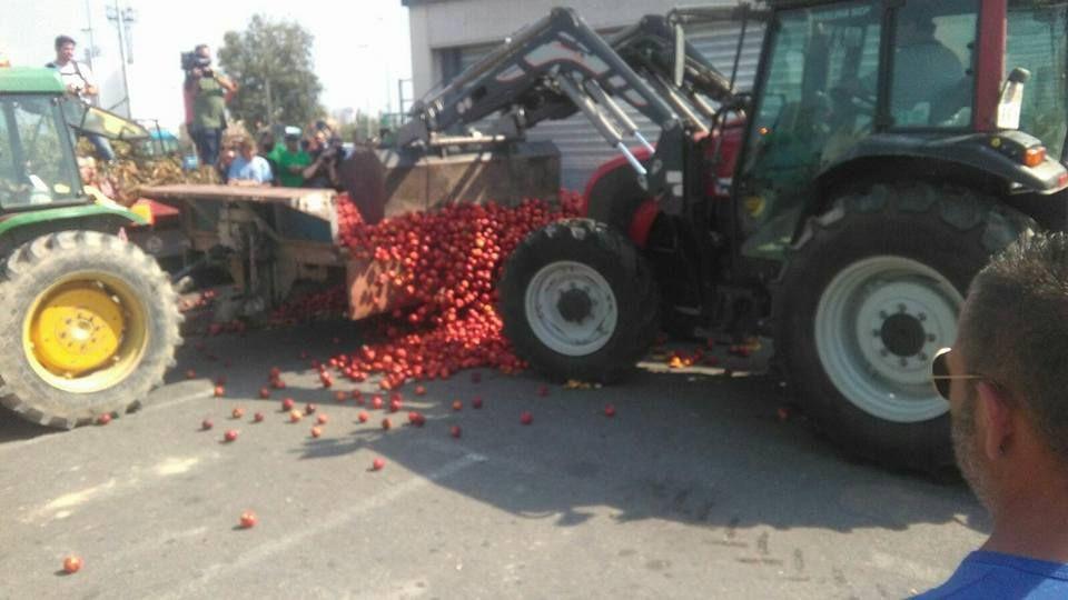 Prekipjelo im - voće umjesto na policama završilo na ulici!